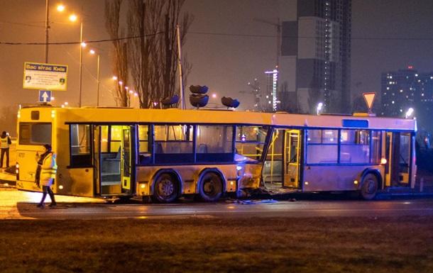 В Киеве Lexus влетел в автобус, есть пострадавшие