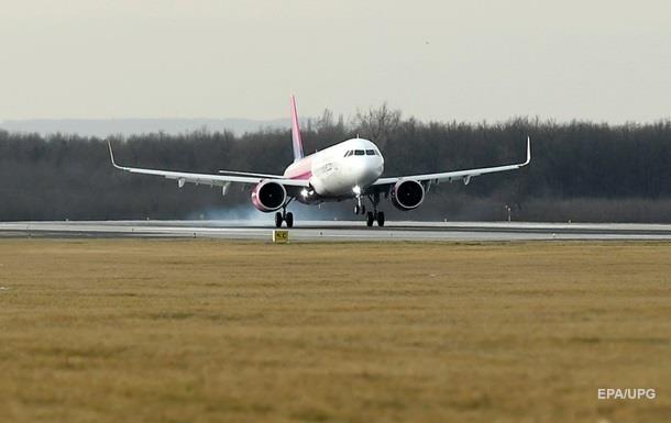 Пьяная девушка склоняла пассажиров самолета к сексу