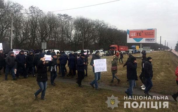 Под Ровно протестующие против строительства завода перекрыли дорогу