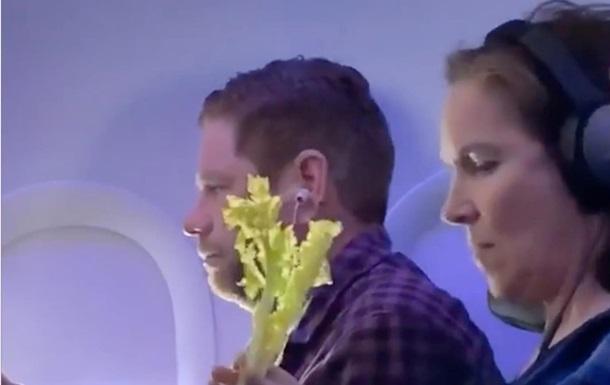 Сеть обсуждает странный перекус женщины в самолете