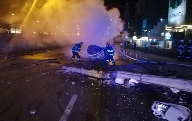 У Києві легковик збив бетонний стовп, є жертви