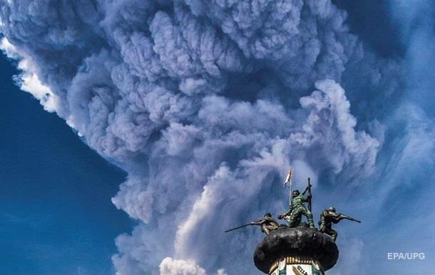 Гроза над извергающимся вулканом попала на видео