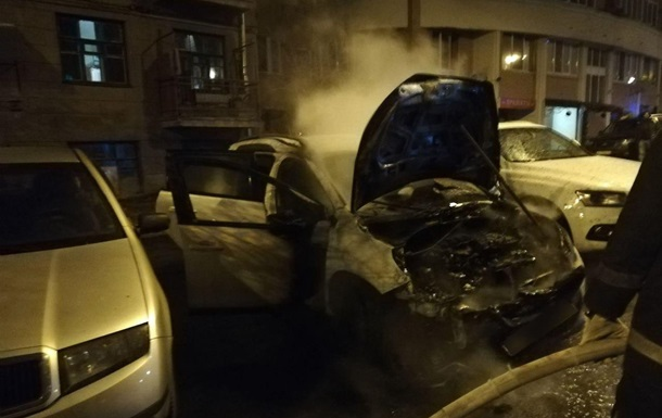 У дворі житлового будинку в Харкові невідомі спалили автомобіль