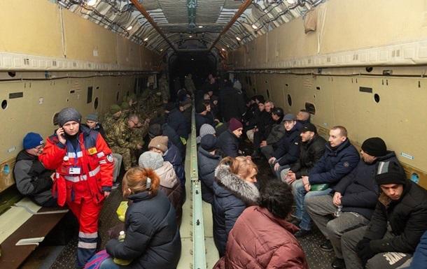 Обміняних на Донбасі українців допитують