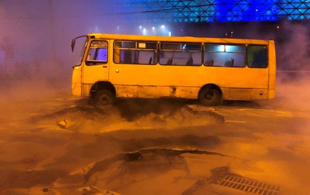 Потоп у Києві: під асфальт провалилася маршрутка