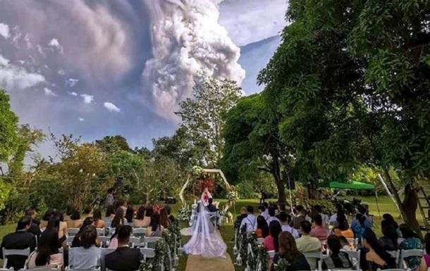 Пара одружилася під час виверження вулкана
