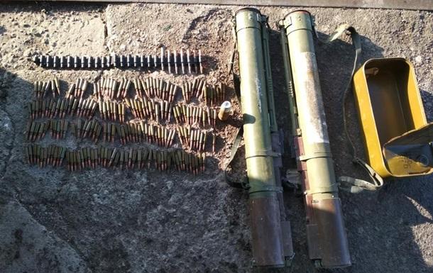На Донбасі знайшли схованку зі зброєю