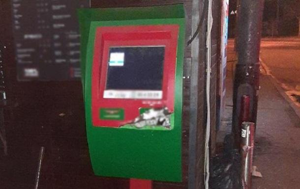 Двое мужчин пытались взломать банкомат ломом и отверткой