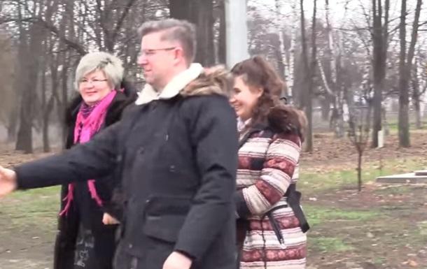Послы стран ЕС на Донбассе раздали гуманитарку