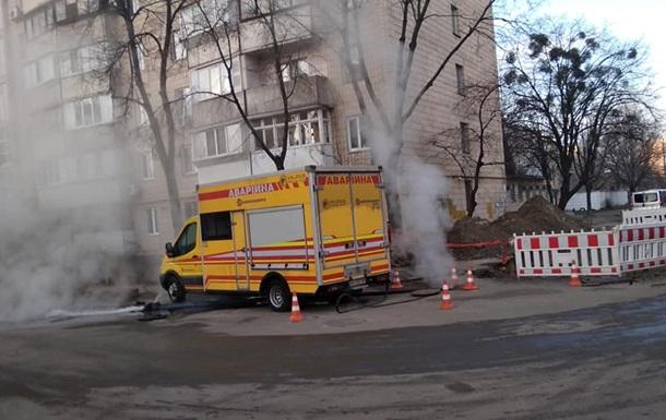 В Киеве на Виноградаре прорвало теплосеть