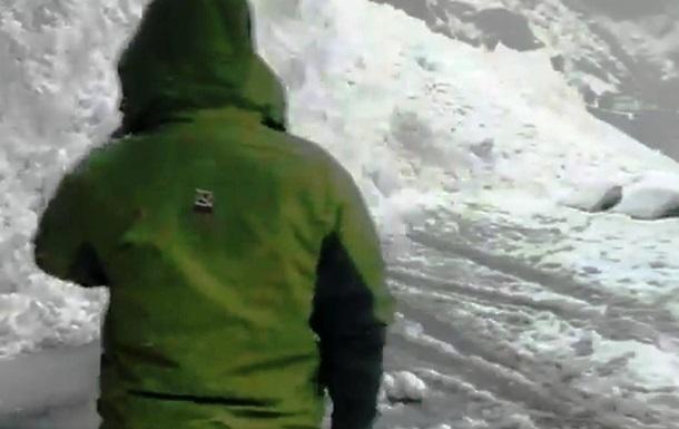 Туристы сняли несущуюся на них лавину