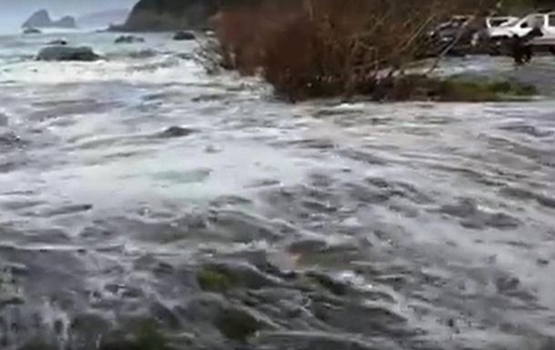 Мощная волна смыла туристов