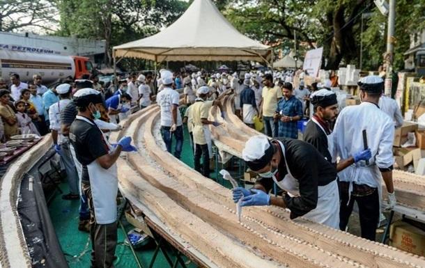 В Индии испекли самый длинный торт в мире