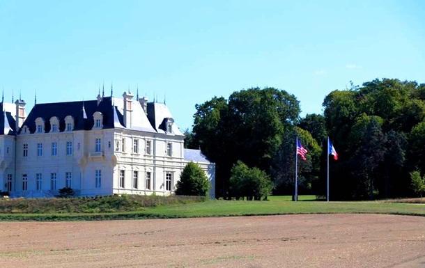 Во Франции продают замок из-за уродующих вид ветряков