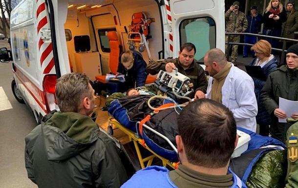 Воинов ВСУ доставили самолетом в киевский госпиталь