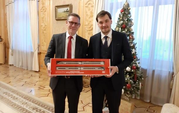 Гончарук показал интригующее фото с поездом