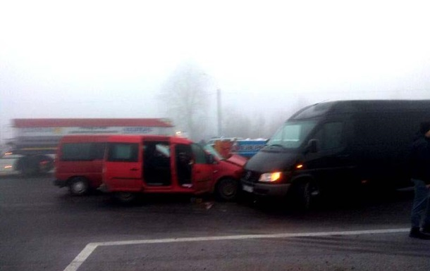 Под Ровно столкнулись семь авто, есть пострадавшие