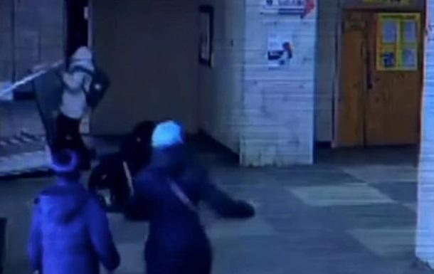 На ребенка в больнице рухнула металлическая дверь: появилось видео