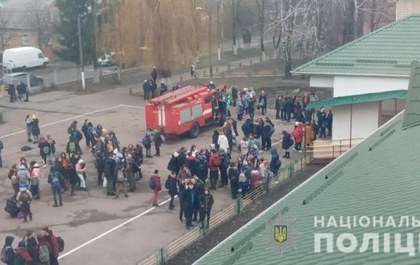 Під Києвом зі школи евакуювали майже дві тисячі осіб