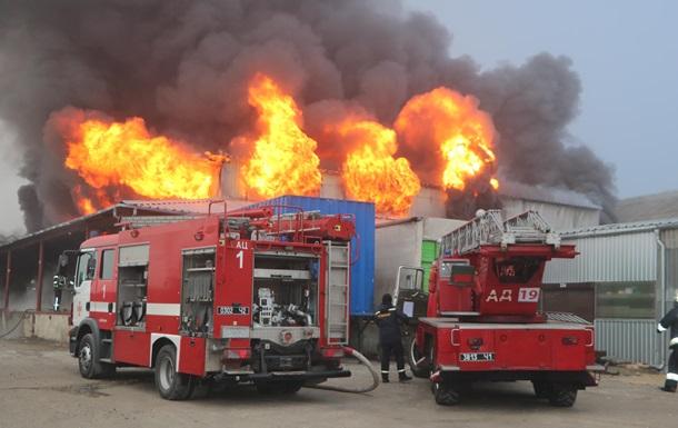 Під Дніпром пожежа знищила склад автозапчастин