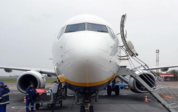 ЧП в аэропорту Одессы: птица попала в двигатель самолета
