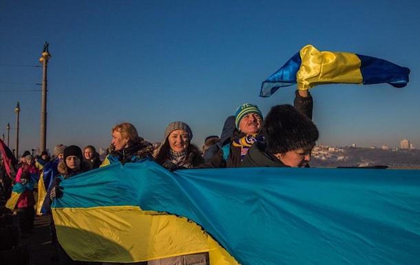 В Киеве  живая цепь  соединила берега Днепра