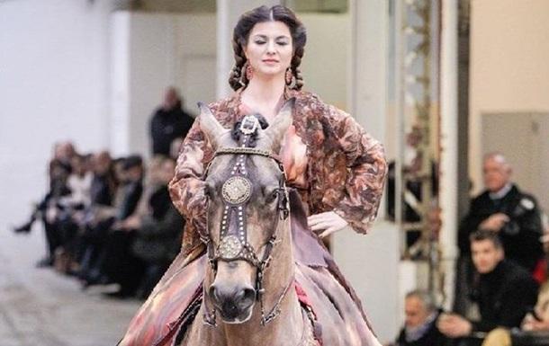 На подиум в Париже вышла лошадь