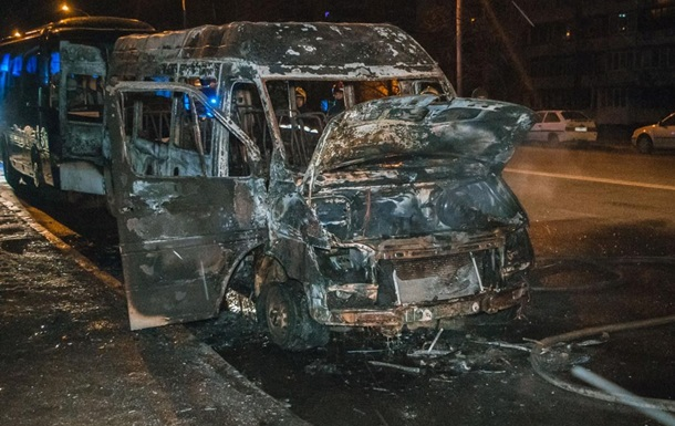В Киеве на Оболони дотла сгорела маршрутка
