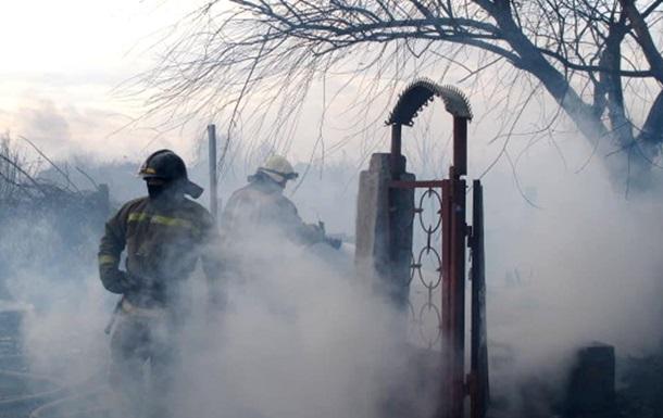 В Одессе загорелся камыш: огонь перекинулся на здание