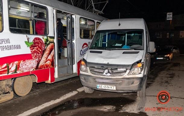 В Днепре микроавтобус сбил четырех пешеходов