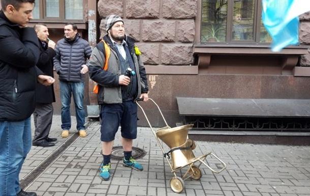 Под офис ГБР привезли  коррупционный унитаз Порошенко