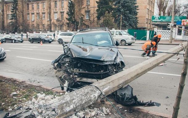 В центре Киева внедорожник сбил бетонный столб