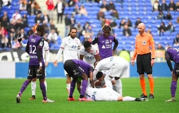Игрок Лиона во время матча внезапно потерял сознание - его унесли с поля на носилках