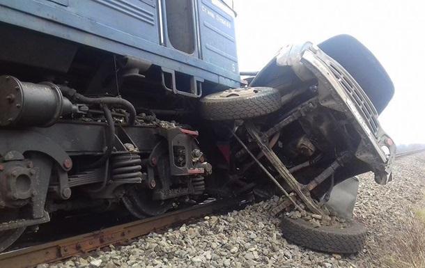 На Закарпатті пасажирський поїзд протаранив вантажівку