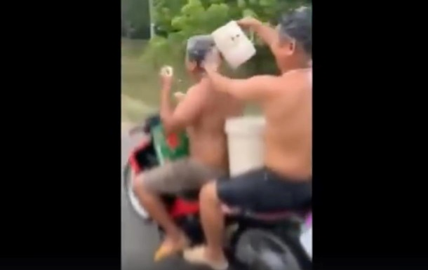 Вьетнамцы помылись во время езды на байке