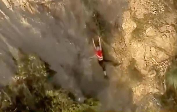 Мужчина спас туристку за секунду до смерти
