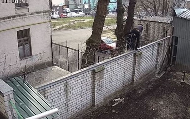 ДБР показало відео, як Чорновол перелізла на територію бюро через паркан