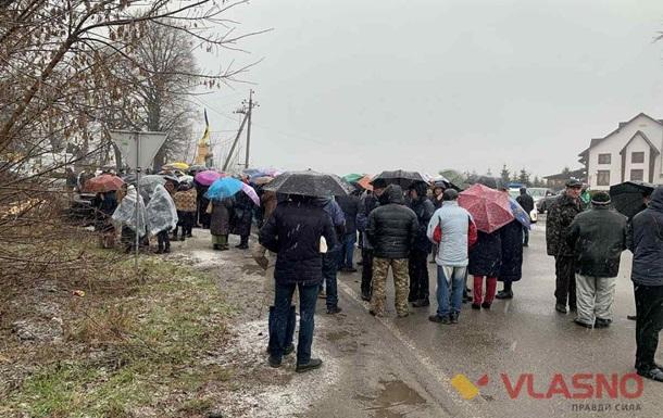 Жители нескольких сел перекрыли международную трассу под Винницей