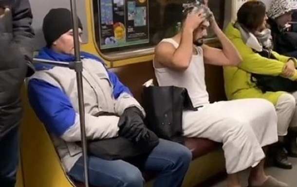 Мужчина помыл голову в вагоне киевского метро: фото, видео