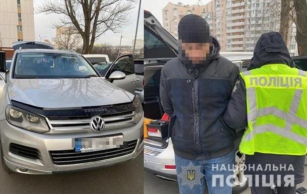 Киевлянин угнал машину из автосалона