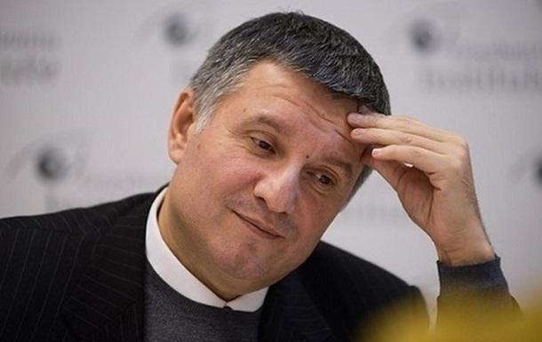 Надбавки и премии Авакова в шесть раз превысили оклад
