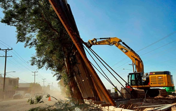 Ветром сдуло часть  стены Трампа  на границе с Мексикой