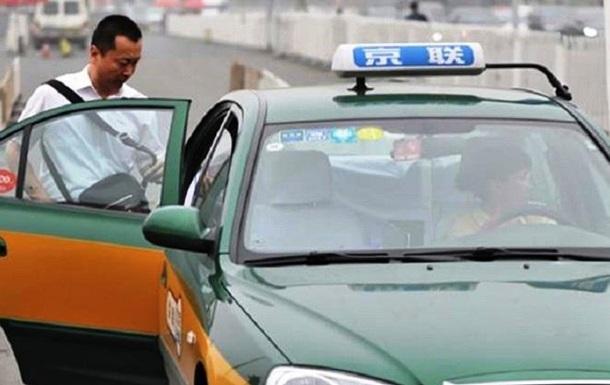 Таксист выгнал из авто пассажира из Уханя