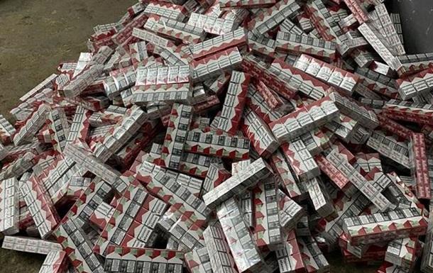 В авто с дипномерами нашли 150 тысяч пачек сигарет