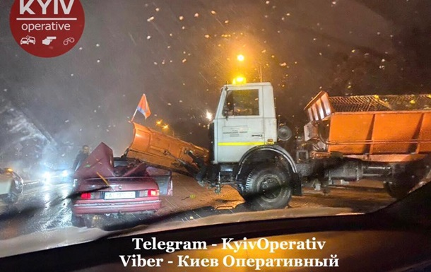 У Києві снігоприбиральна машина знесла дах іншому авто