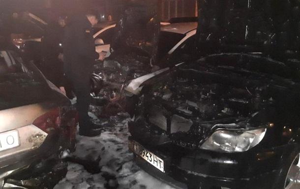 На парковке в Одессе сгорели четыре автомобиля