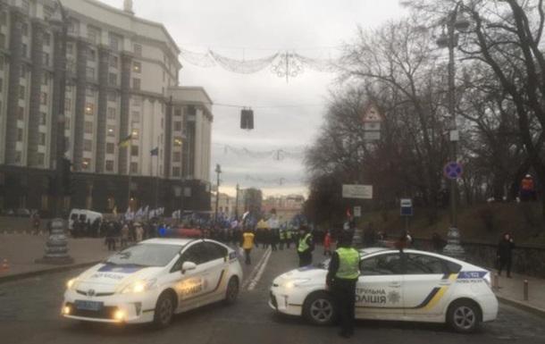 Протестующие перекрыли движение возле Кабмина
