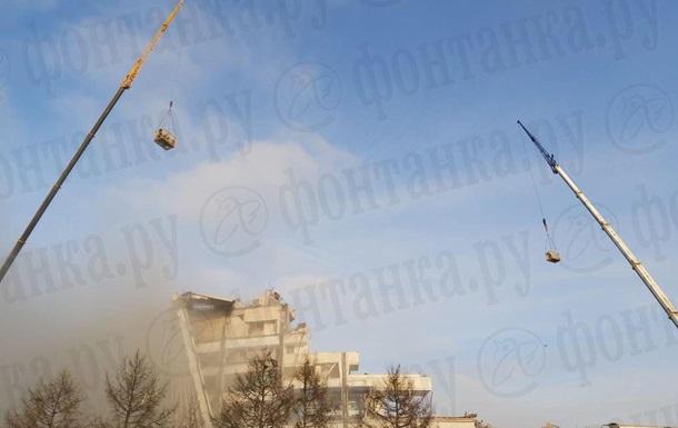 Крыша спорткомплекса рухнула вместе с рабочим