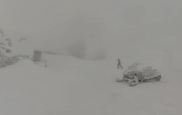Карпаты занесло снегом: ГСЧС сообщила об опасности
