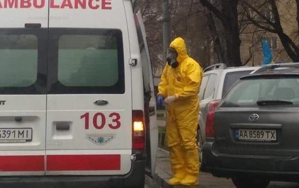 В Киеве заметили медиков в защитных костюмах - СМИ